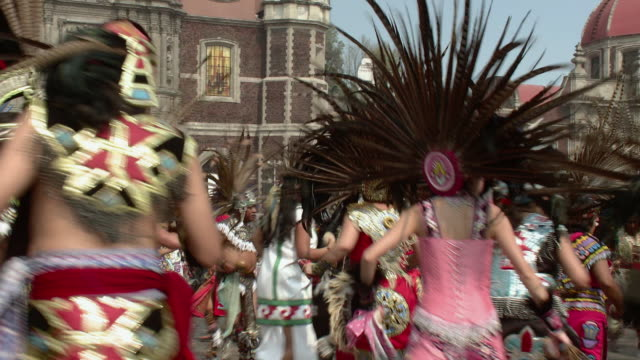 vídeos de stock e filmes b-roll de ms dancers in traditional aztec costumes / mexico city, mexico - dança tradicional
