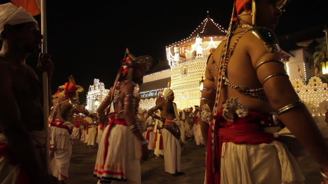 stockvideo's en b-roll-footage met ms dancers parade in buddhist festival or procession 'esala perahera' in front of 'temple of tooth' audio / kandy, central province, sri lanka - sri lankaanse cultuur