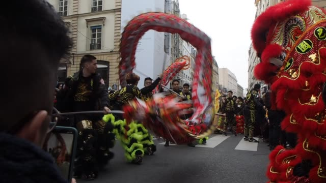 vidéos et rushes de dancers perform the traditional lion dance in the streets ofin the 8th arrondissement as the city celebrates the chinese new year on january 25 2020... - bruno levesque
