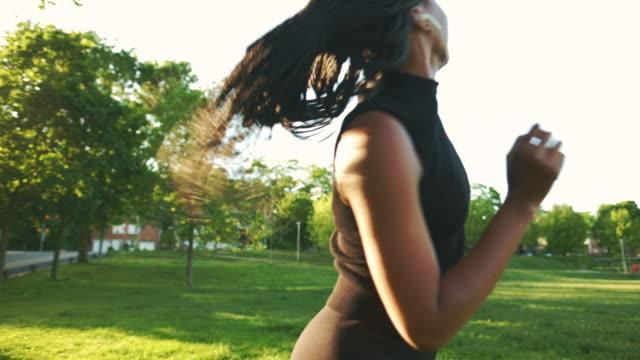 stockvideo's en b-roll-footage met dansende afrikaanse vrouw in het park - hd format