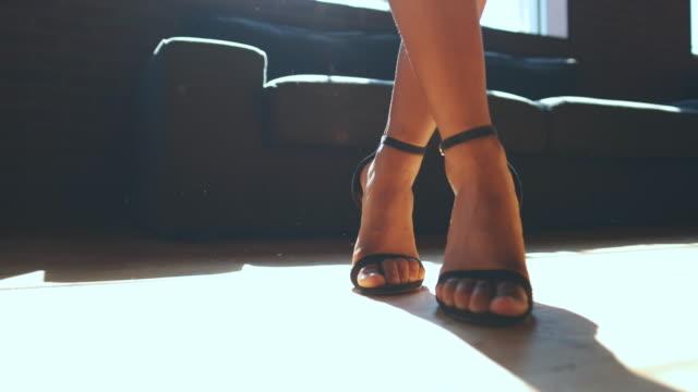 vidéos et rushes de femme africaine de danse - beaux pieds et femme