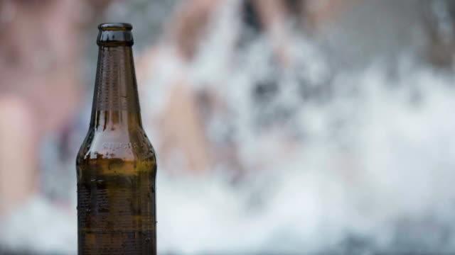 Tanz und Bier am pool