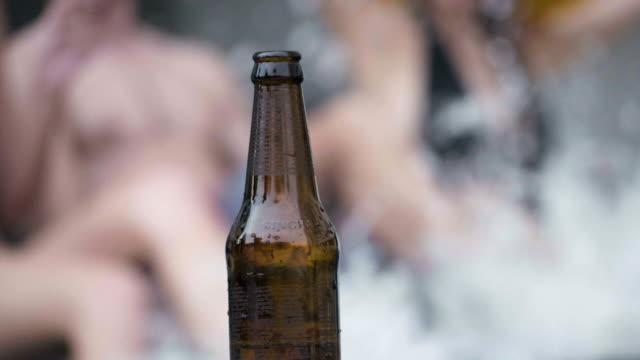 stockvideo's en b-roll-footage met dansen en bier bij zwembad - poolparty