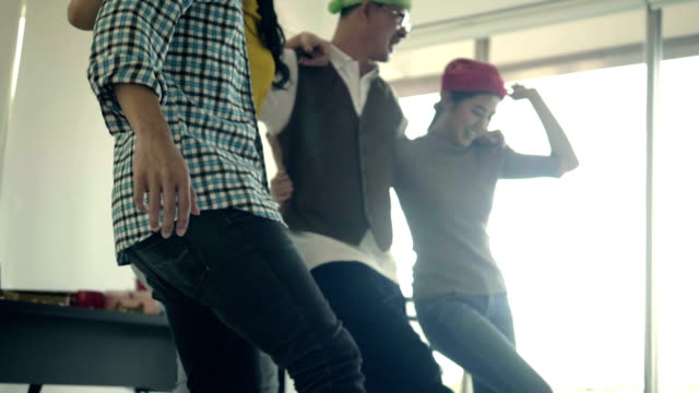 ballare e celebrare il successo del progetto startup. - persona attraente video stock e b–roll