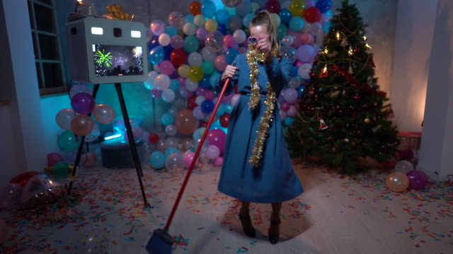tanzen und putzen nach der silvesterparty - chaos stock-videos und b-roll-filmmaterial