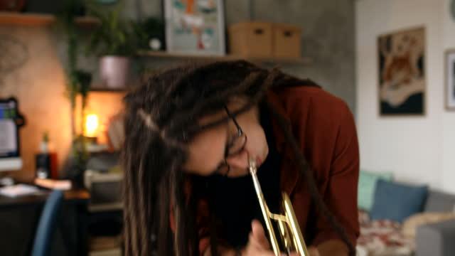 レゲエ音楽を聴きながら、踊り、トランペットを演奏する - レゲエ点の映像素材/bロール