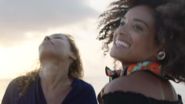 vídeos y material grabado en eventos de stock de dancing at sunset - afro