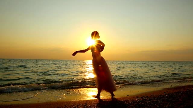 踊るバレリーナ、太陽 - ダンスミュージック点の映像素材/bロール