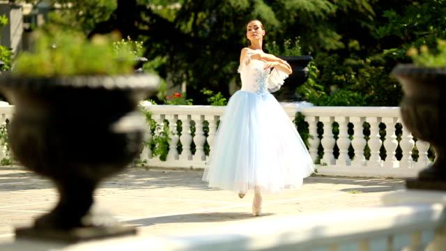 ballerina tanzen in einem wunderschönen park - ballerina stock-videos und b-roll-filmmaterial