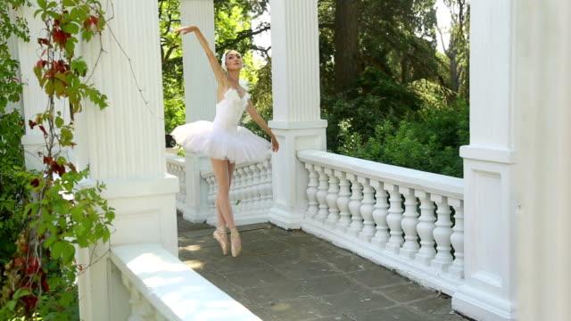 tanz ballerina in die gasse mit säulen - ballerina stock-videos und b-roll-filmmaterial