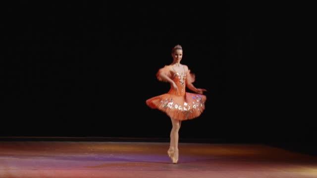 vídeos de stock, filmes e b-roll de dança ballerina - teatro clássico