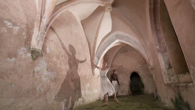 vídeos y material grabado en eventos de stock de dolly hd: ballet danza de las sombras en castle corredor - de puntas