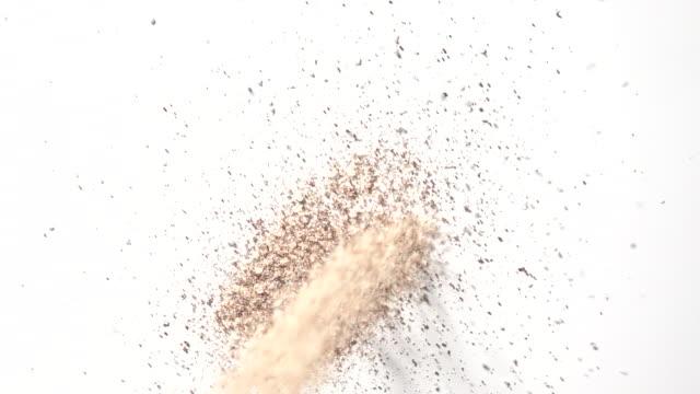 vídeos y material grabado en eventos de stock de dancing coffee ground with sugar in mid air captured in high speed - grano de café tostado