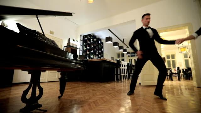 vidéos et rushes de danse de couple à l'intérieur - dancing