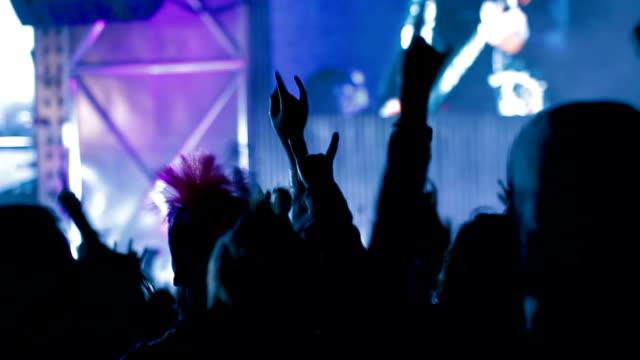 vídeos de stock e filmes b-roll de multidão no concerto dança - música heavy metal