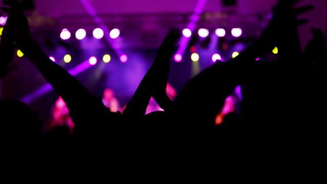 vídeos de stock, filmes e b-roll de dança a multidão no festival de música - excitação