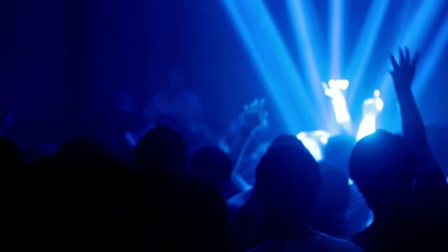 vídeos de stock e filmes b-roll de dançar multidão de pessoas com as mãos em disco - luz estroboscópica
