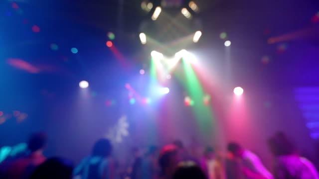 vídeos y material grabado en eventos de stock de dancing crowd personas con las manos en la discoteca - luces estroboscópicas