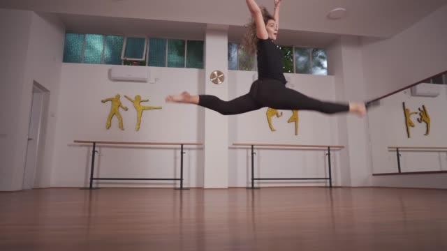 ダンスはあなたの女性的な側面に力を与えます - バレエ点の映像素材/bロール