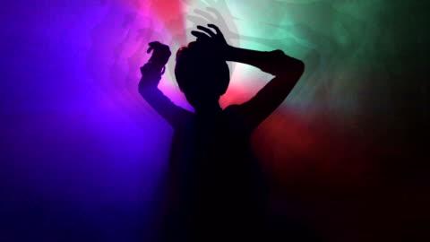 vídeos y material grabado en eventos de stock de chica bailando en el club nocturno - luces estroboscópicas