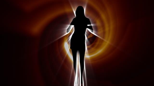 vidéos et rushes de danse fille sillhouette tunnel en spirale - pop music