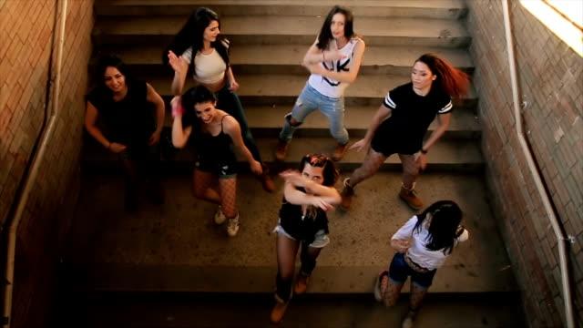 vídeos de stock e filmes b-roll de dancing group,hip hop dance on stairs - street dance