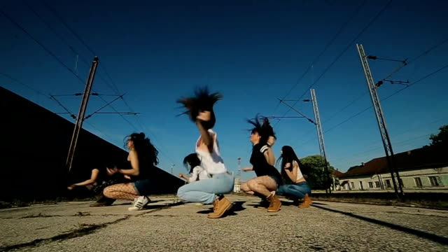 gruppo hip hop danzante, tiro dolly - tipo di danza video stock e b–roll
