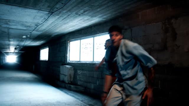 スローモーションで踊る - 曲芸点の映像素材/bロール