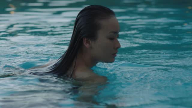 vídeos y material grabado en eventos de stock de dancing in the pool - cabello mojado