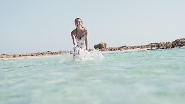 ballare nel mare - vestito bianco video stock e b–roll