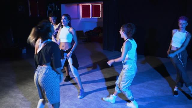 ダンスは音楽に合った友情 - リハーサル点の映像素材/bロール