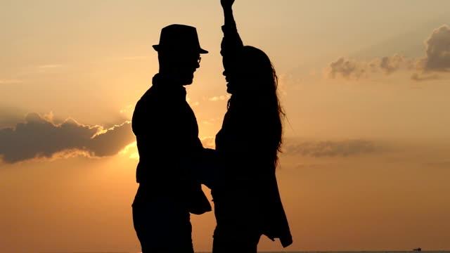 Tanz auf den Sonnenuntergang slowmotion
