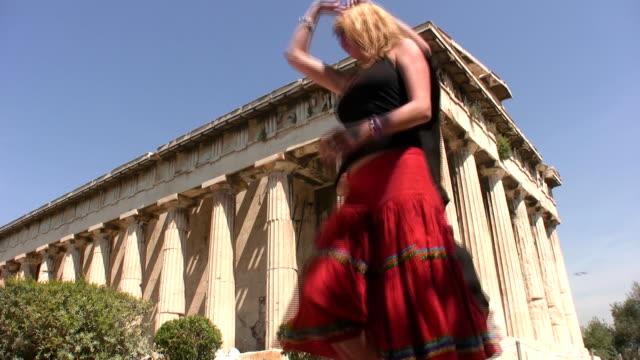 vídeos de stock e filmes b-roll de dançar salsa em todo o mundo - athens greece