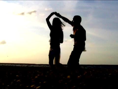 サルサダンス、ビーチで - サルサダンス点の映像素材/bロール