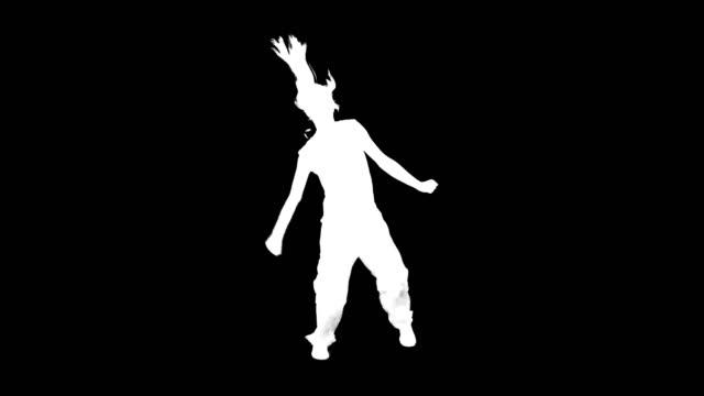vidéos et rushes de silhouette de danse. femme sur le fond noir. alpha - dancing