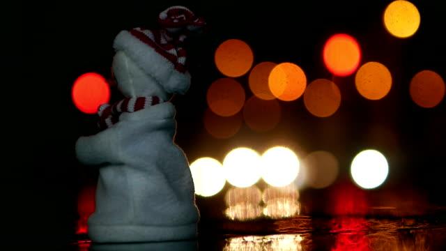 Schneemann, vorbeifahrende Autos im Hintergrund tanzen