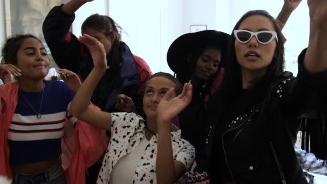 stockvideo's en b-roll-footage met dancing teenagers, slow motion - young adult