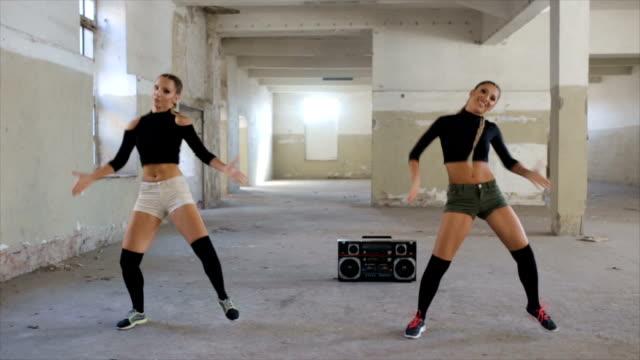 vidéos et rushes de danser sur la musique de la radio - dancing