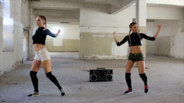 vídeos de stock, filmes e b-roll de dançando a música do rádio - dance music