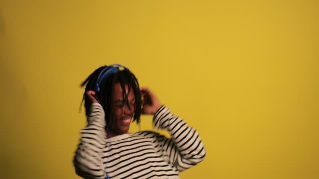 dansa till musik - bekväm bildbanksvideor och videomaterial från bakom kulisserna