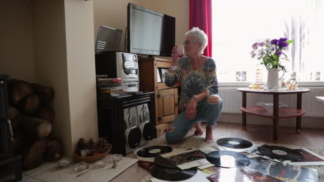 vídeos de stock, filmes e b-roll de dancing to the beat - vista frontal
