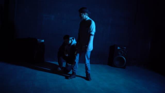 gemeinsam tanzen - akrobatische aktivität stock-videos und b-roll-filmmaterial
