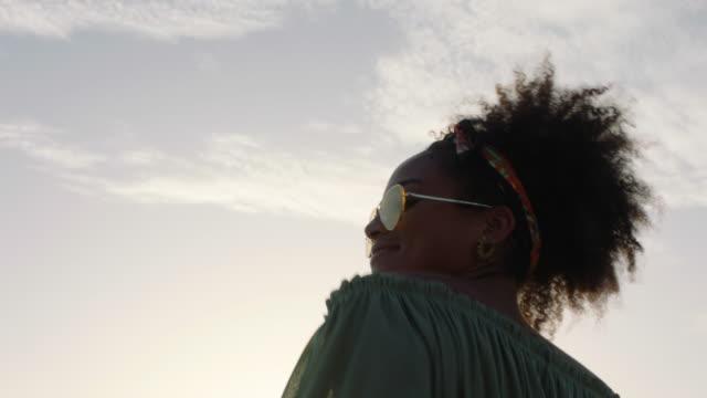 vídeos de stock, filmes e b-roll de dancing - cabelo encaracolado