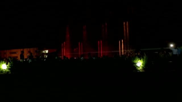 vídeos y material grabado en eventos de stock de ondas del agua baile por la noche, y la india vrindavan - vrindavan