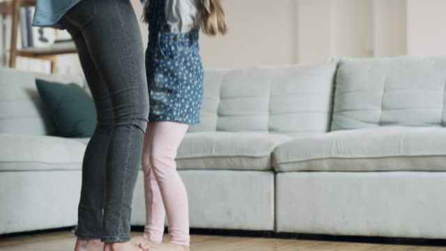 vidéos et rushes de danser avec mon petit ange doux - famille avec un enfant