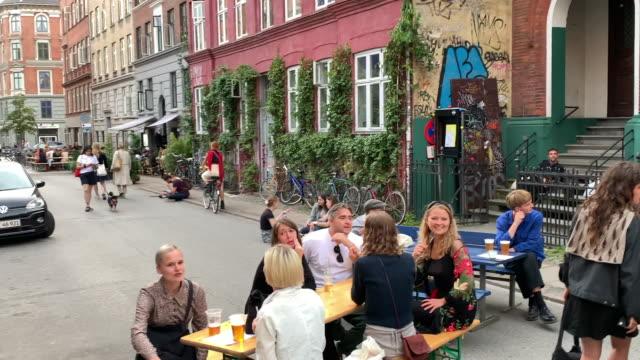 vídeos de stock e filmes b-roll de danes enjoying a saturday afternoon in the street, copenhagen - locais geográficos