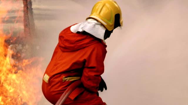 危険: 消防士男 - 頭にかぶるもの点の映像素材/bロール