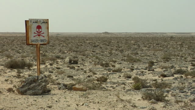 ws, 'danger mines' sign in desert landscape, outside dakhla, western sahara - western script stock-videos und b-roll-filmmaterial