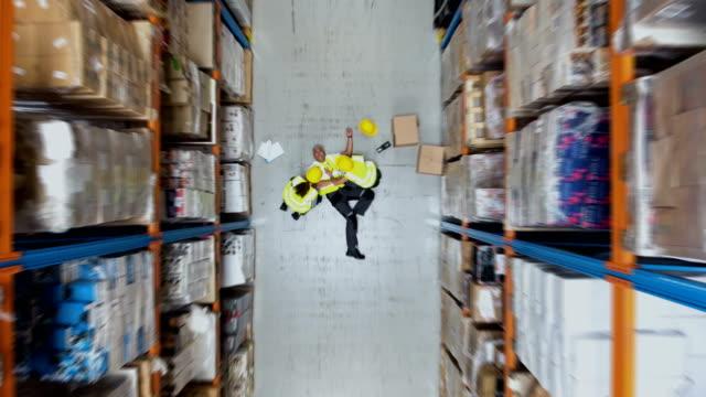 stockvideo's en b-roll-footage met gevaarlijke ongeval tijdens het werk. eerste hulp. drone oogpunt - arbeidsveiligheid