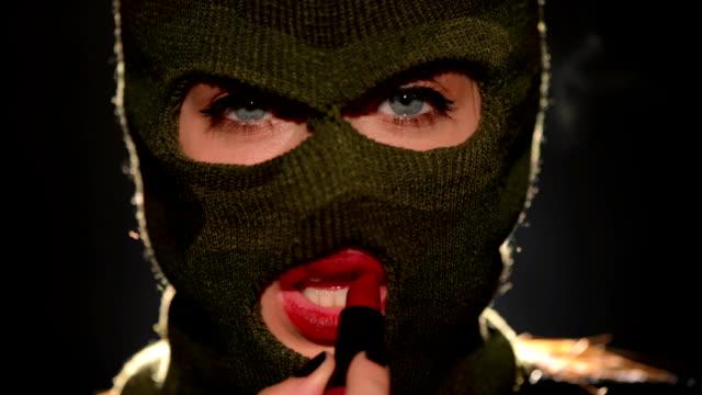 vídeos y material grabado en eventos de stock de peligroso y hermosa chica penal - ladrón de casas